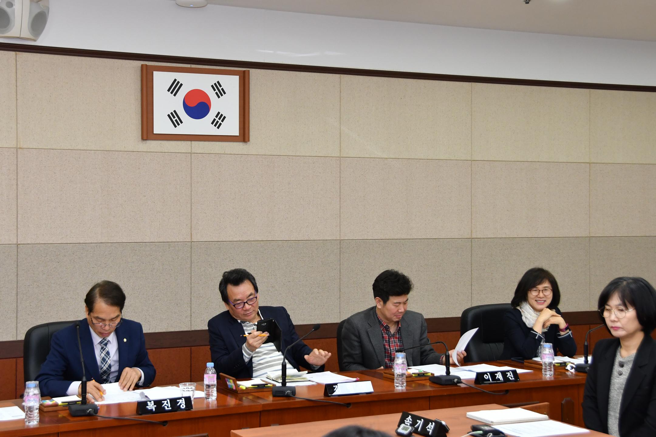 제275회 임시회 복지도시위원회 GNC_3282.jpg